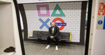 As formas icônicas do PlayStation da Sony tomam conta da estação de metrô de Londres para o lançamento do PS5 no Reino Unido